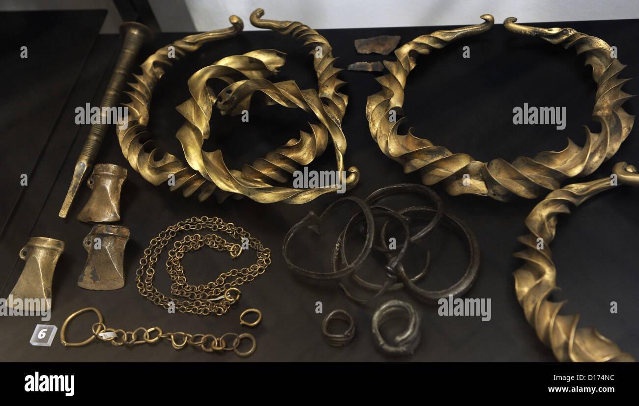 Età del Bronzo. Collarini, anelli braccio di costume, perni, catene, ornamenti, assi e un cesello-come oggetto. Immagini Stock
