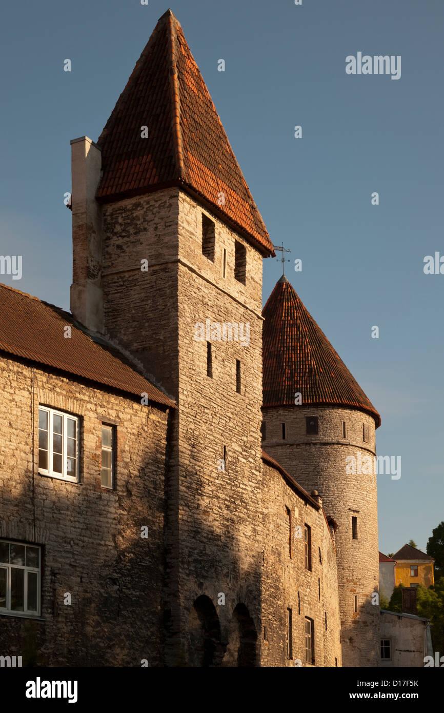 Mura medievali della città con windows Foto Stock