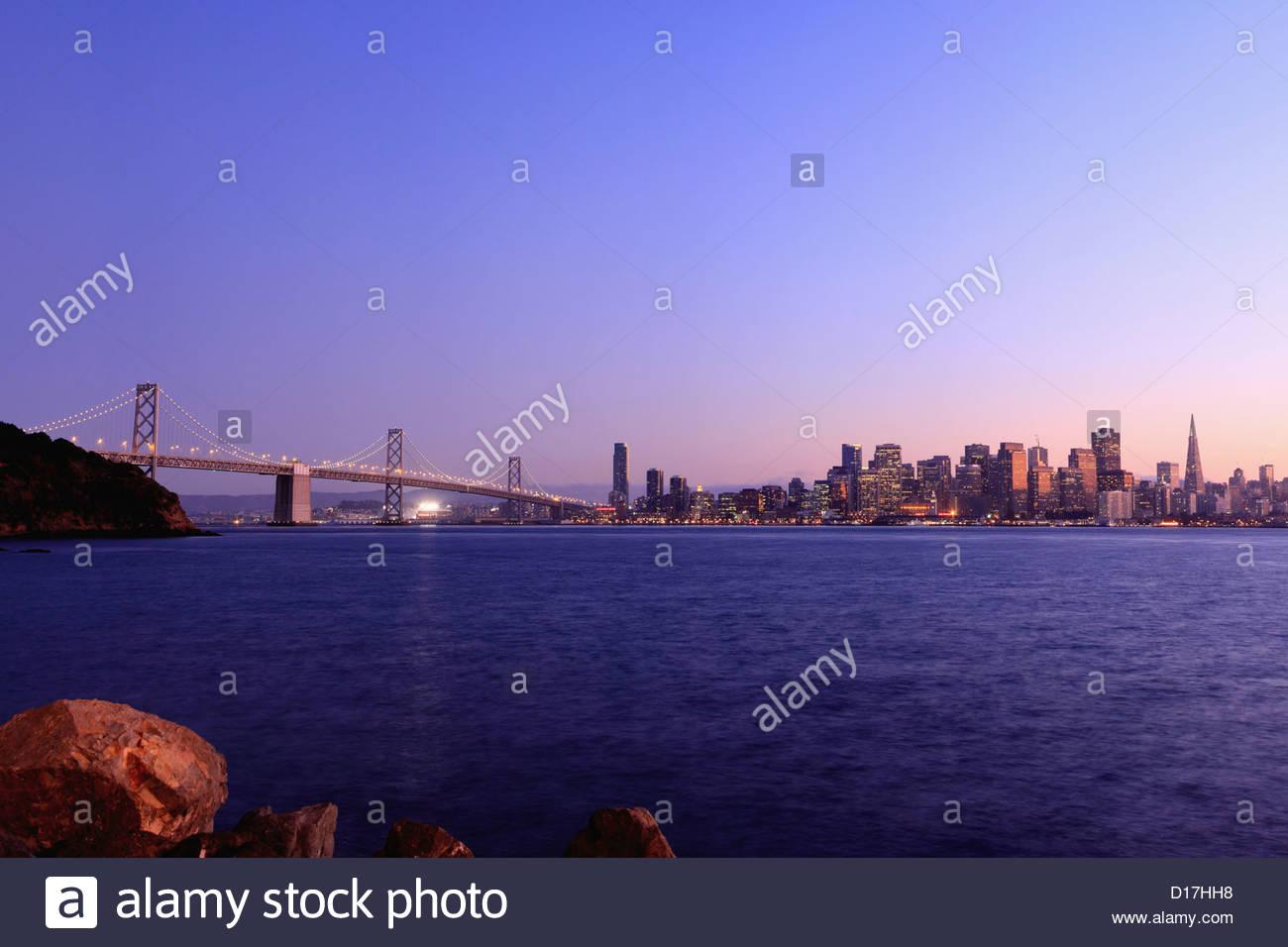 Urban Skyline e ponte con il fiume Immagini Stock