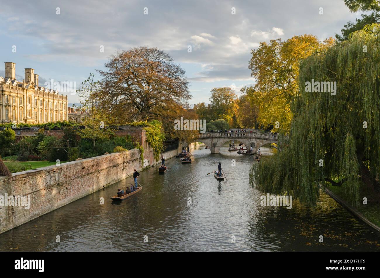 Cambridge - punting sul fiume Cam vicino a Clare College. Foto Stock