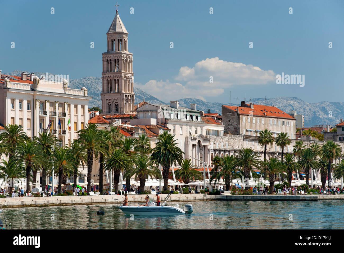 Il lungomare e la torre della cattedrale di San Domnio nella città di Spalato in Croazia. Foto Stock