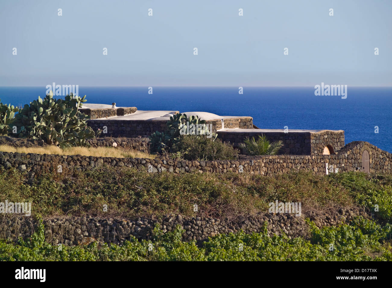 Case Di Pietra Pantelleria : Italia sicilia isola di pantelleria vigneti fichidindia e dammusi