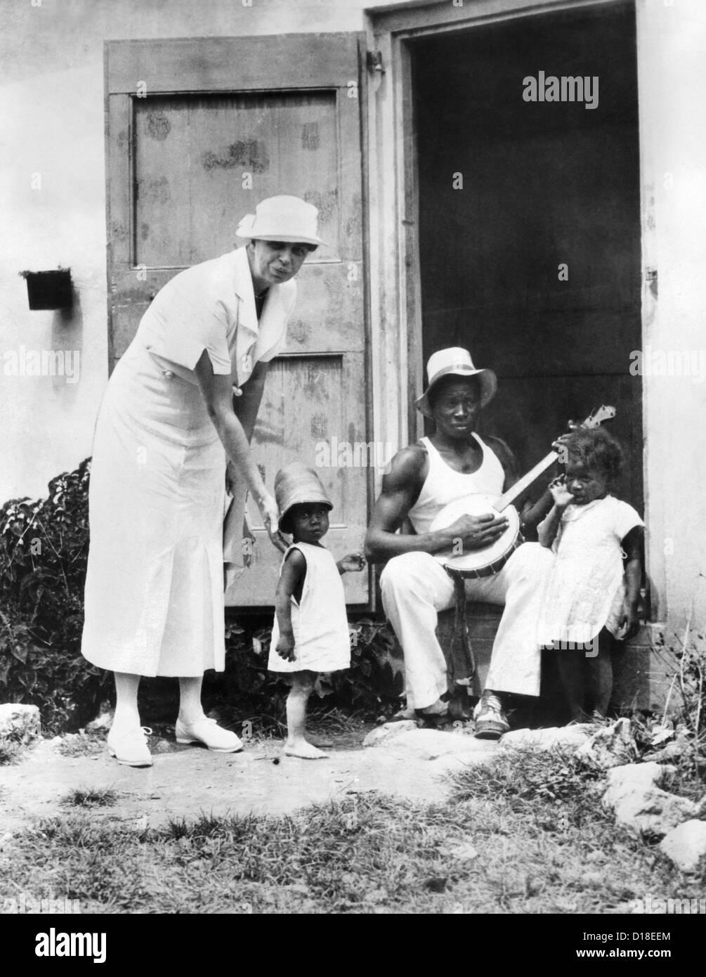 La First Lady Eleanor Roosevelt chiacchierando con la Winn Familiare, Christiansted, St. Croix. Essi vivono in opere Immagini Stock