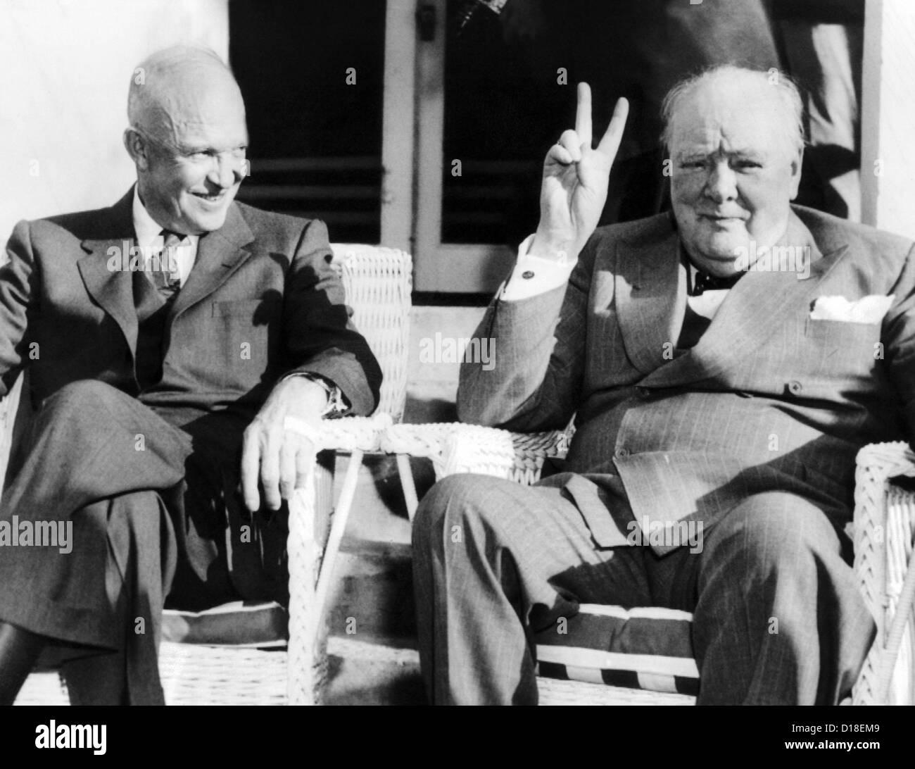 Il presidente Eisenhower orologi Gran Bretagna il Primo Ministro Winston  Churchill dare il suo famoso V fb4afea0a74a