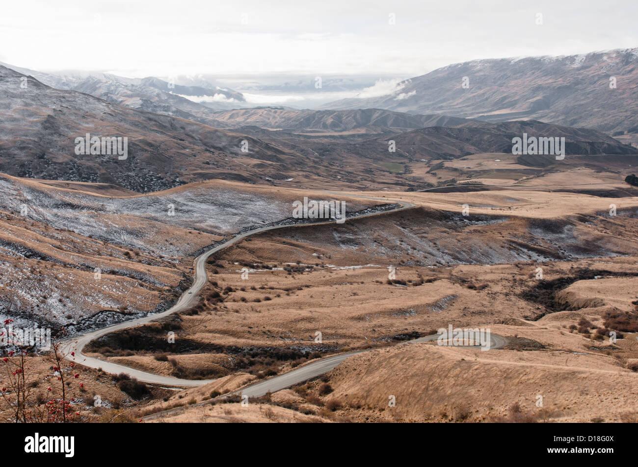 Strada curva nel paesaggio rurale Foto Stock