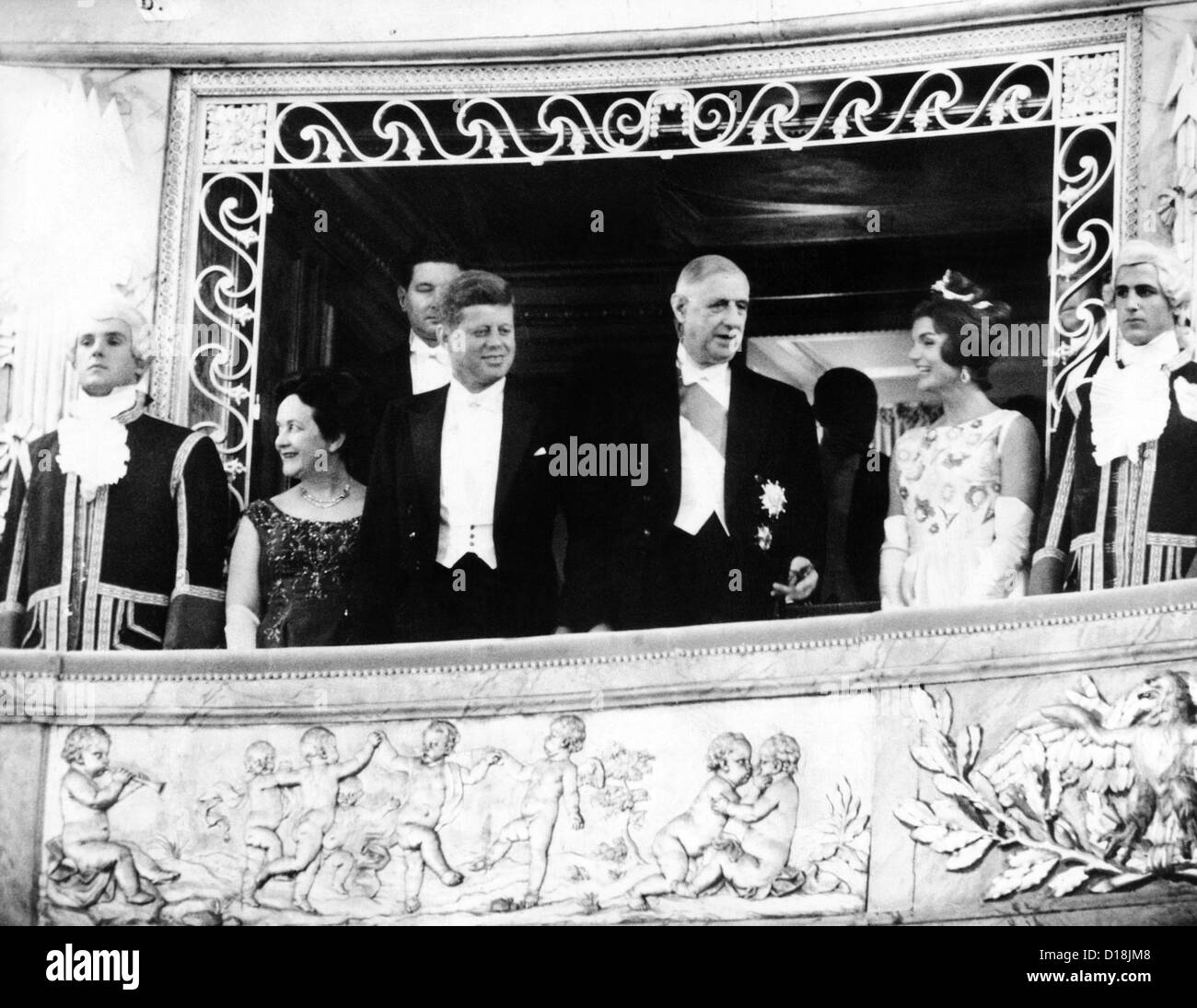 Presidente e Jacqueline Kennedy presso il Palazzo di Versailles. Madame  Yvonne de Gaulle  Pres. John Kennedy  Pres. Charles de b95a1cebb5b