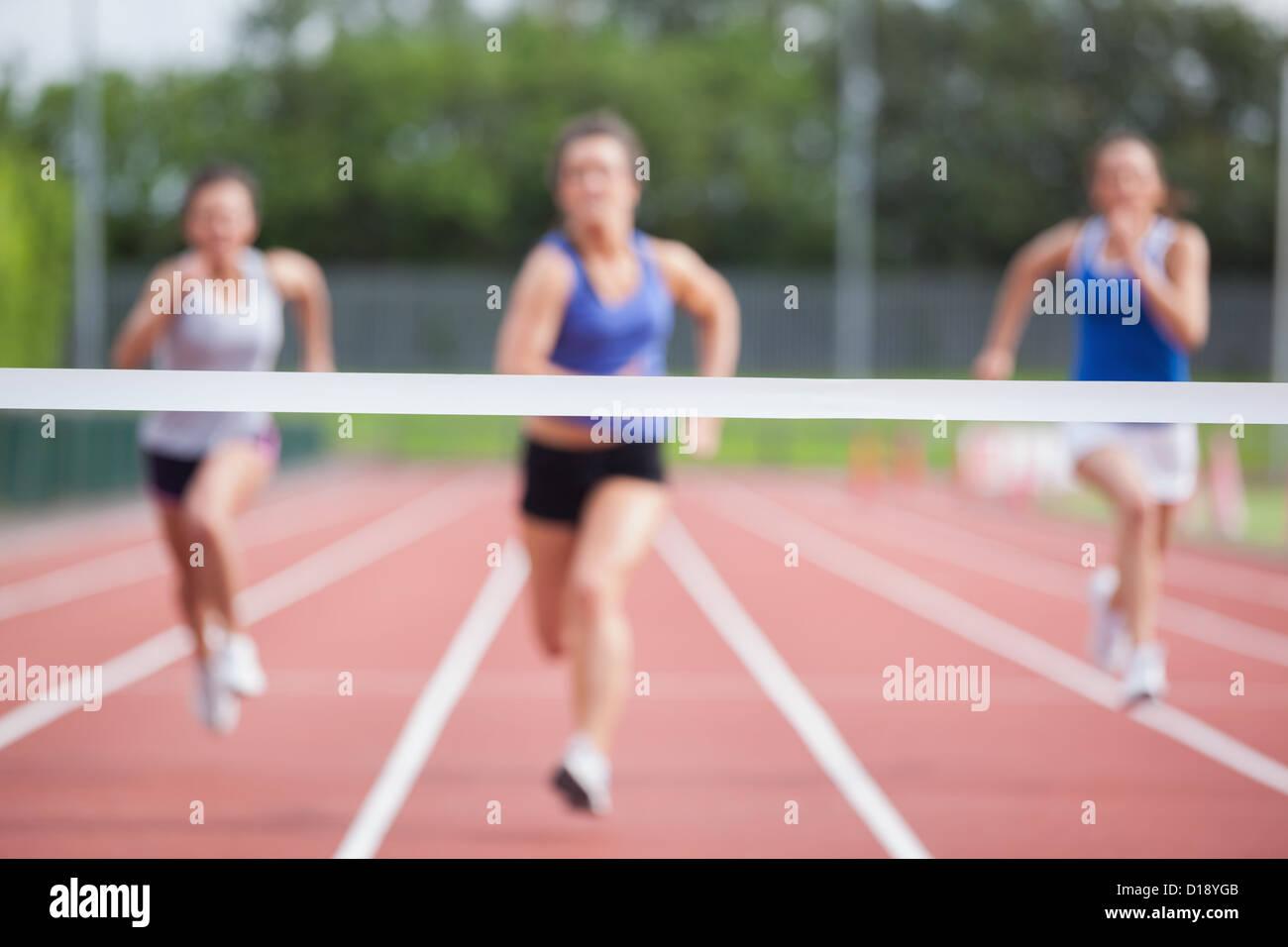 Gli atleti che corre verso la linea di finitura Immagini Stock