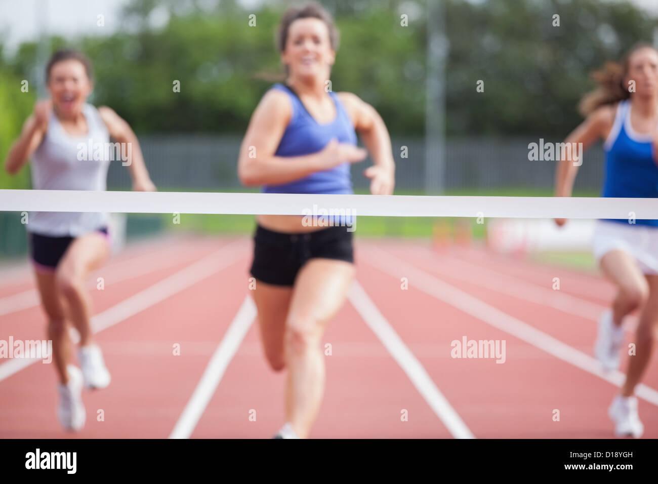 Gli atleti vicino alla linea di finitura Immagini Stock
