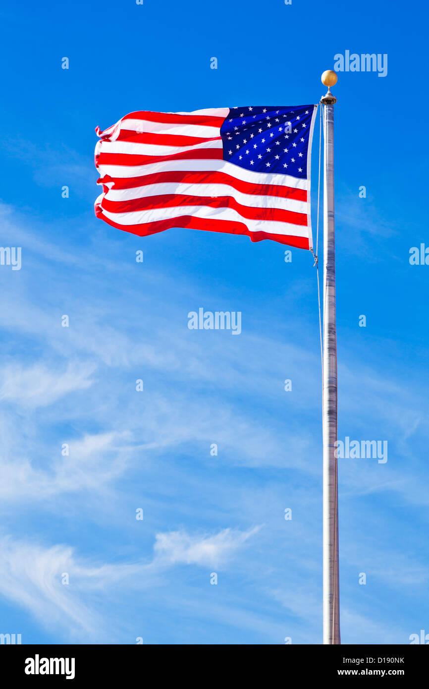 Stelle e strisce battenti contro un cielo blu USA US Stati Uniti d'America bandiera americana Immagini Stock