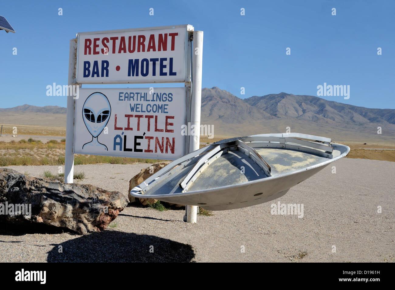 """Il 'Piccolo Ale'Inn' (alien - get it?) cafe di Rachel, Nevada, vicino """" zona 51'. Un UFO entra Immagini Stock"""