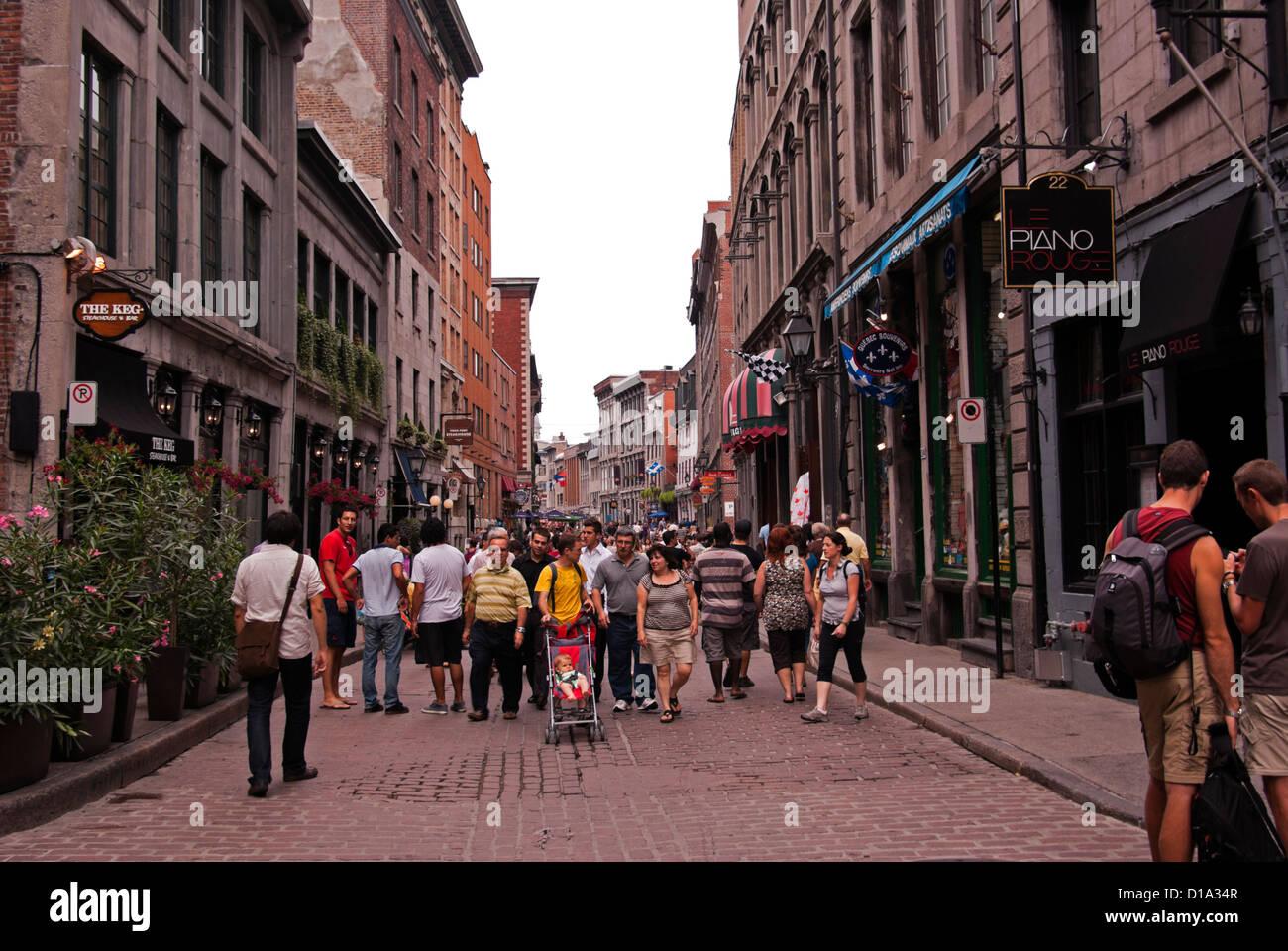 I turisti passeggiare lungo Rue St.Paul Est passato ristoranti e negozi, Old Montreal Immagini Stock