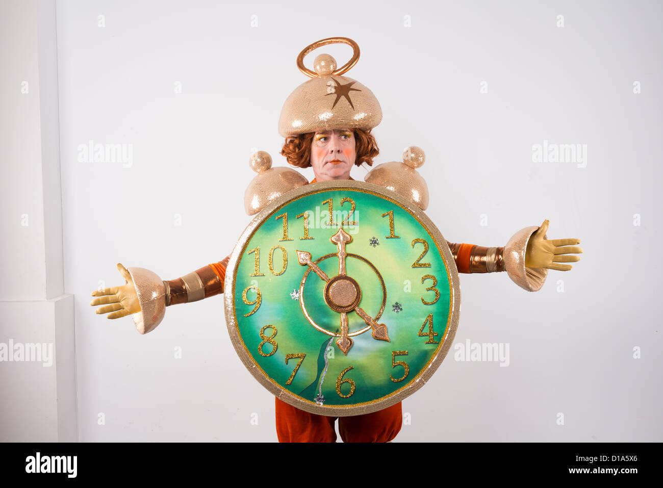 Attore di carnevale in costume teatrale persona ponendo una