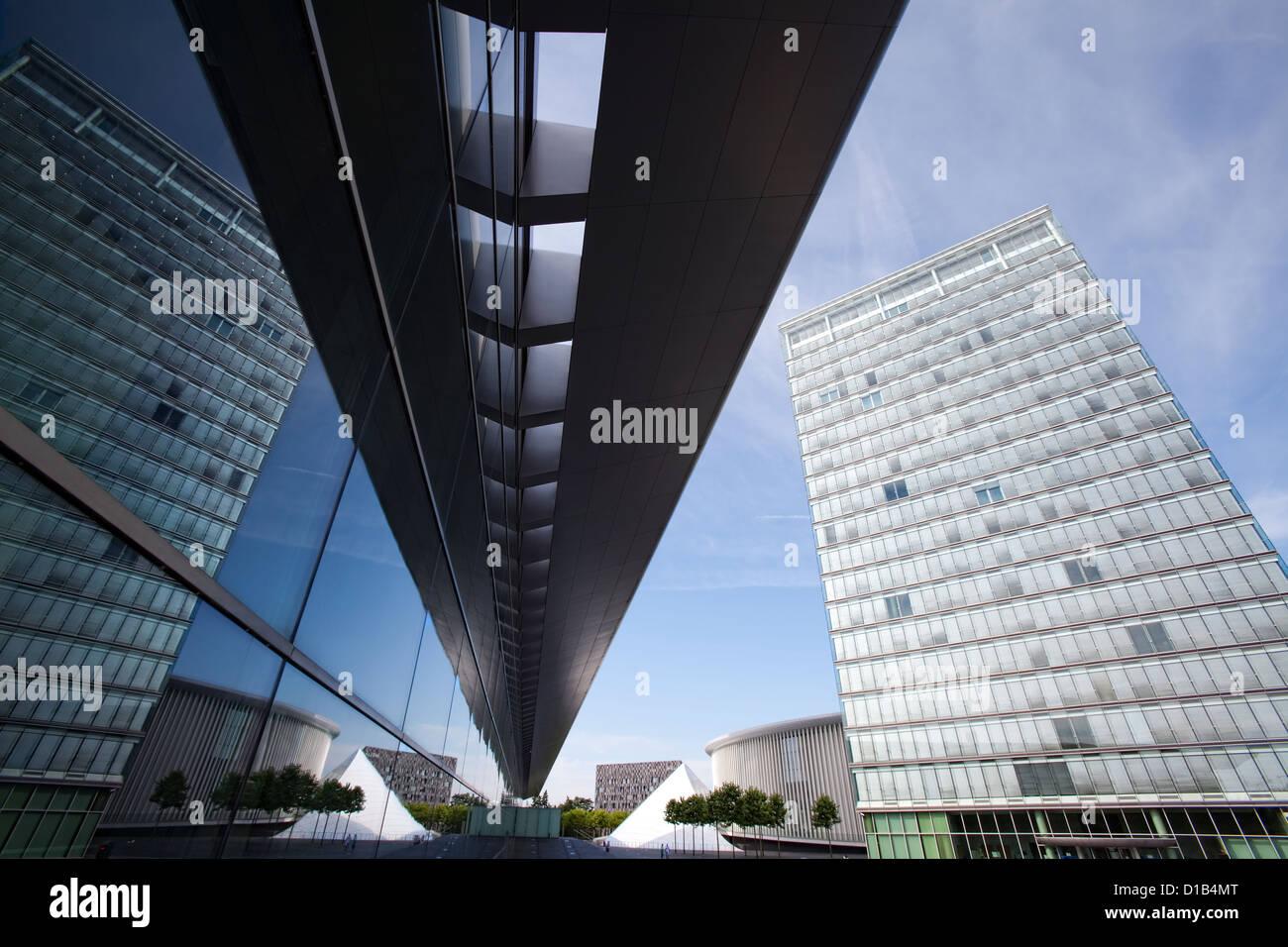 Architettura moderna, riflessi nelle finestre del Centro Congressi, Place de l'Europe, Kirchberg, Lussemburgo, Immagini Stock