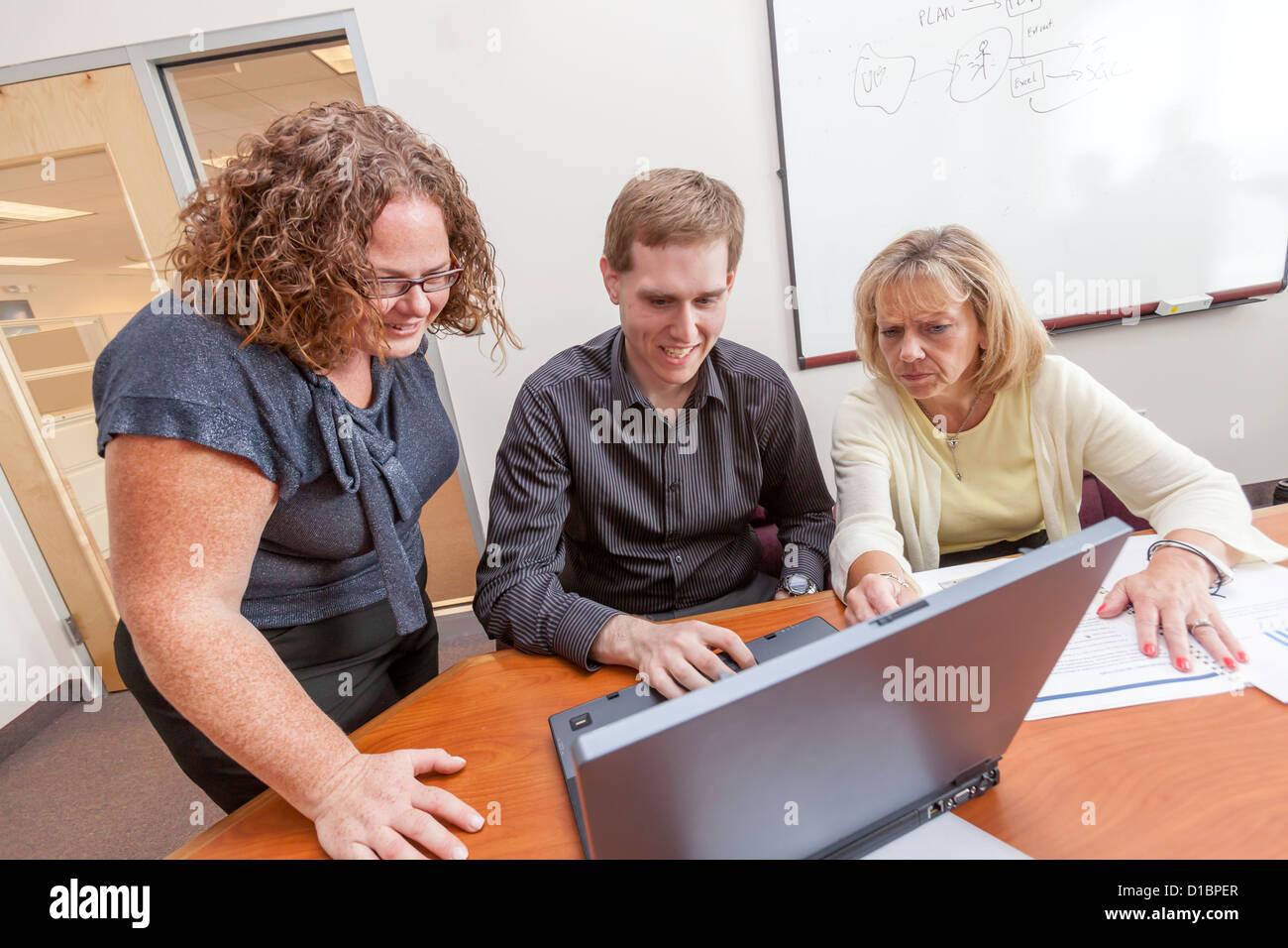Collare bianco i dipendenti al lavoro e di brainstorming in loro corporate conference room. Immagini Stock