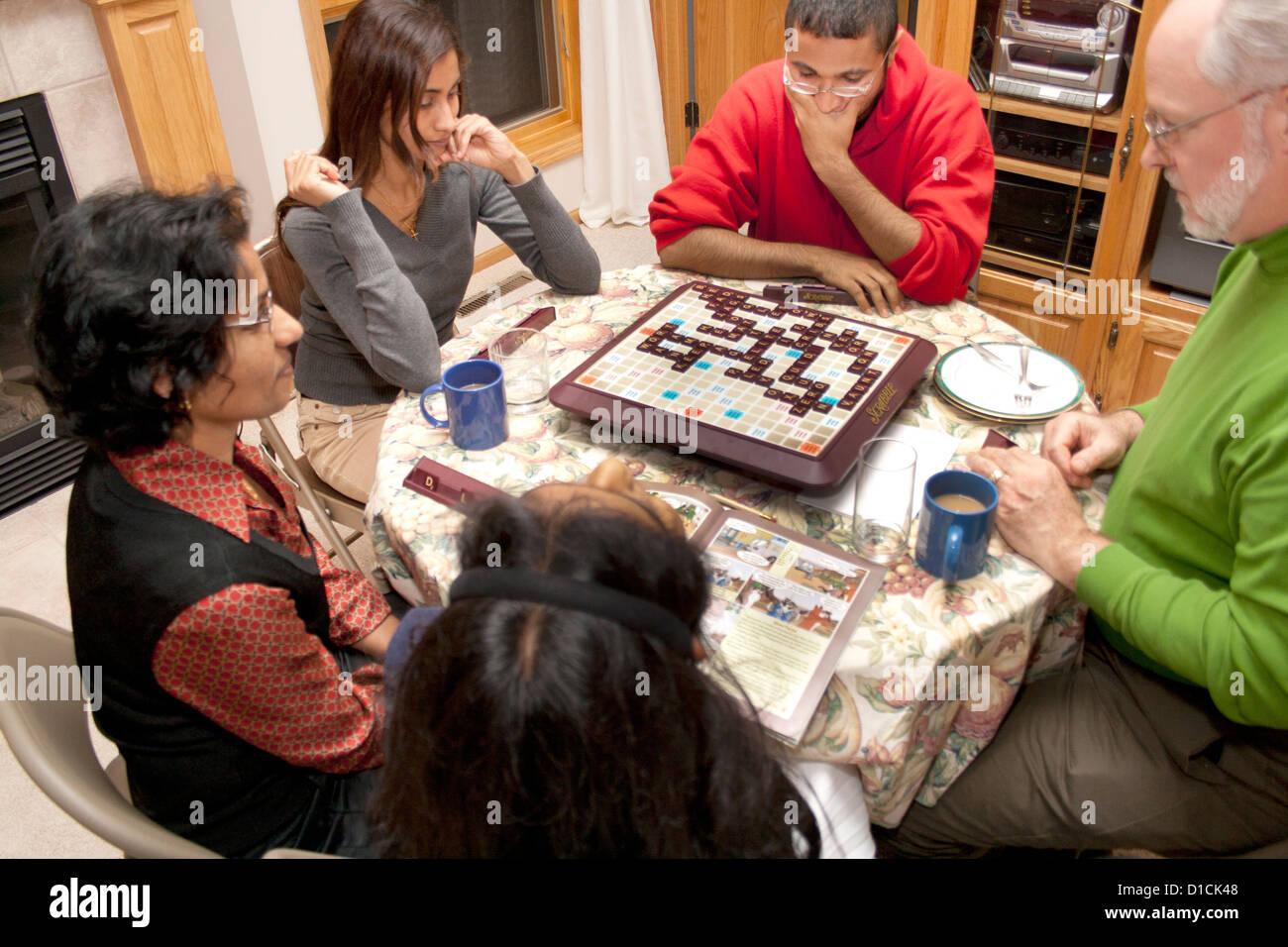 Famiglia intenso di American Scrabble giocatori di bianco e East Indian Heritage. Champlin Minnesota MN USA Immagini Stock