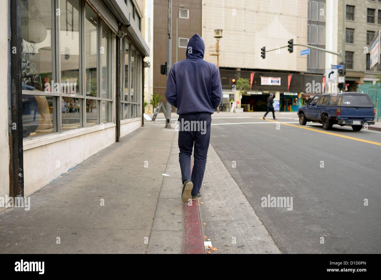 Los Angeles uomo cammina cordolo marciapiede Foto Stock