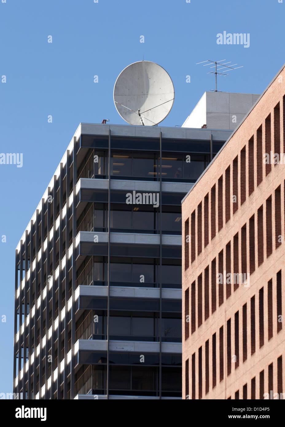 Satellite di comunicazioni piatto sulla parte superiore della costruzione Immagini Stock