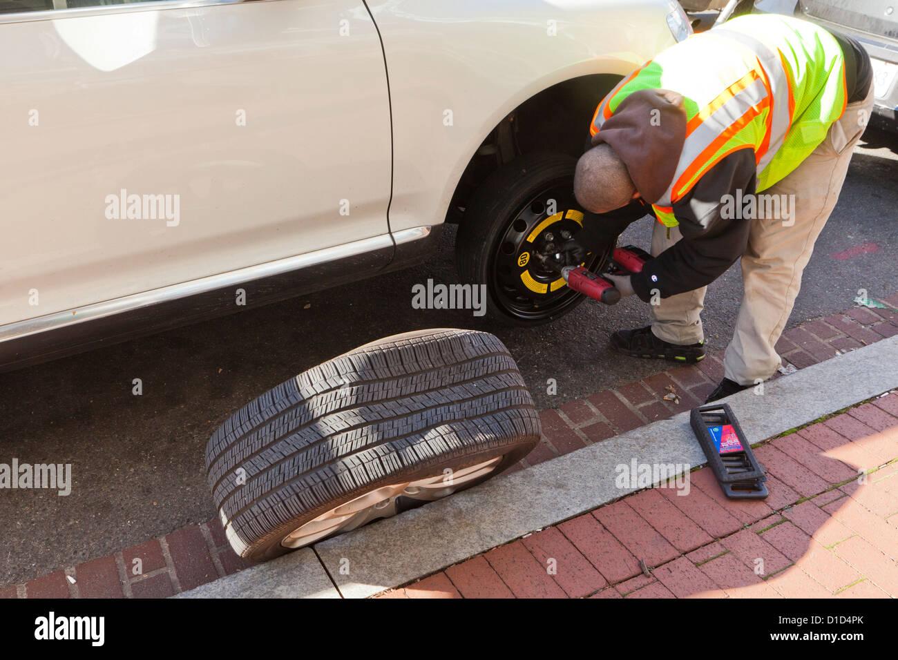 L'uomo modifica di un pneumatico sgonfio Immagini Stock