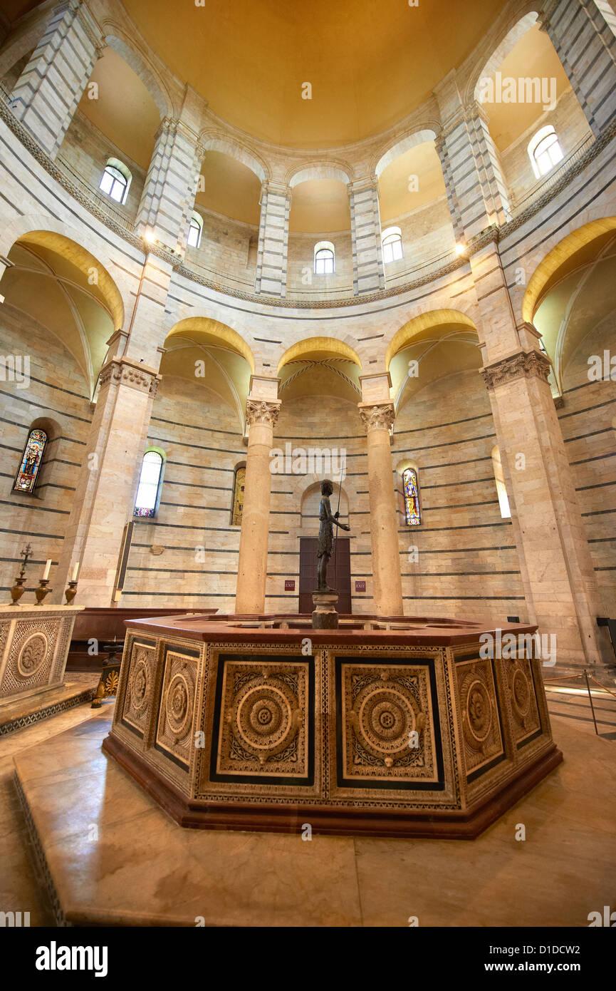 Battesimo font all'interno del Bapistry di Pisa, Italia Immagini Stock