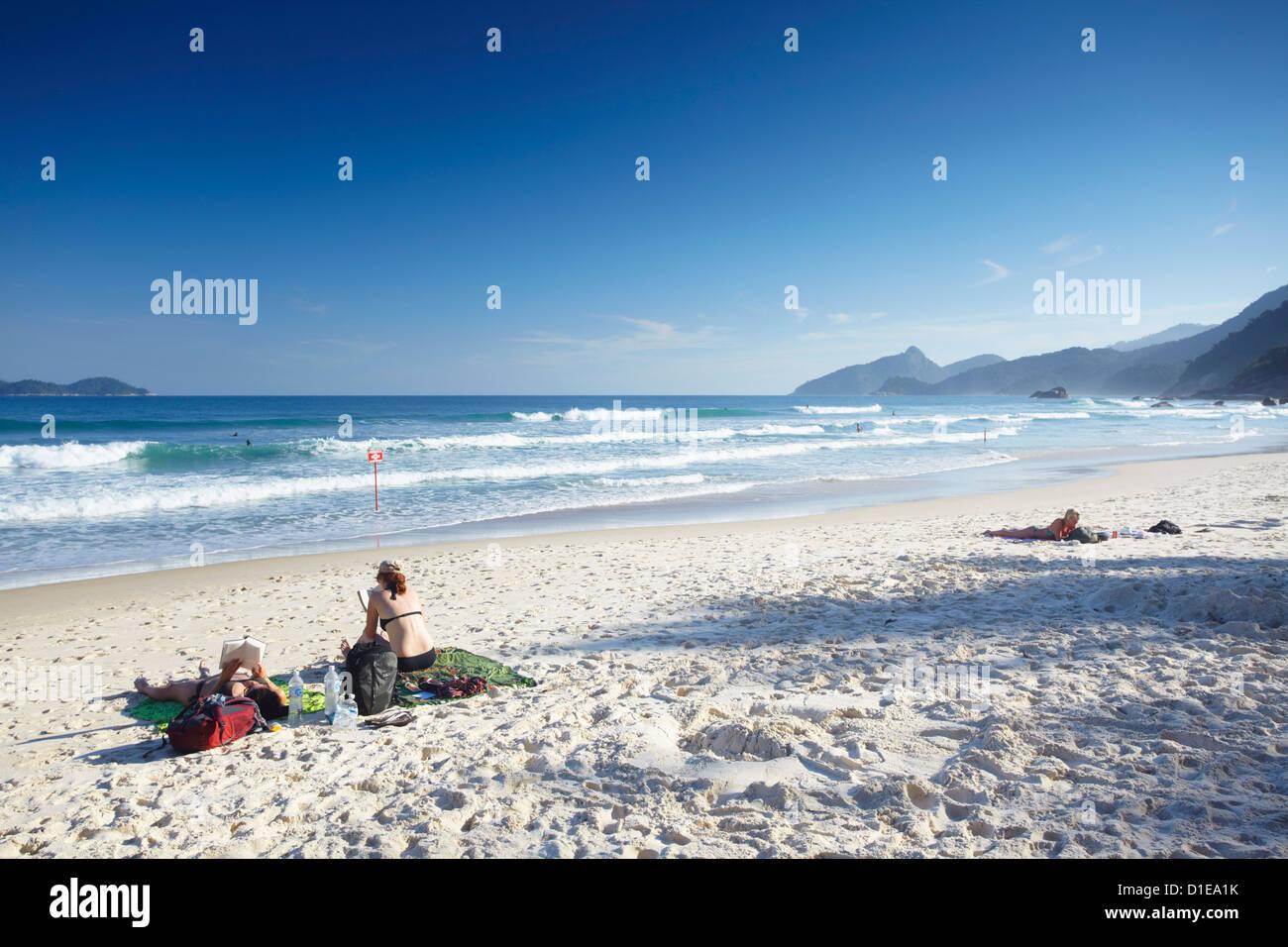 La gente a prendere il sole sul Lopes Mendes beach, Ilha Grande, Stato di Rio de Janeiro, Brasile, Sud America Immagini Stock