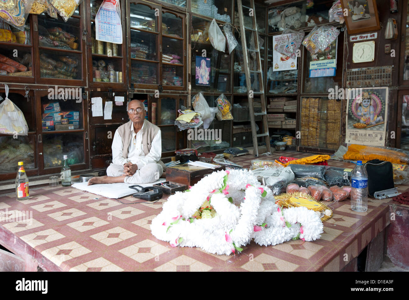 Proprietario del negozio nel quartiere Kumartuli di Kolkata, West Bengal, India, Asia Immagini Stock