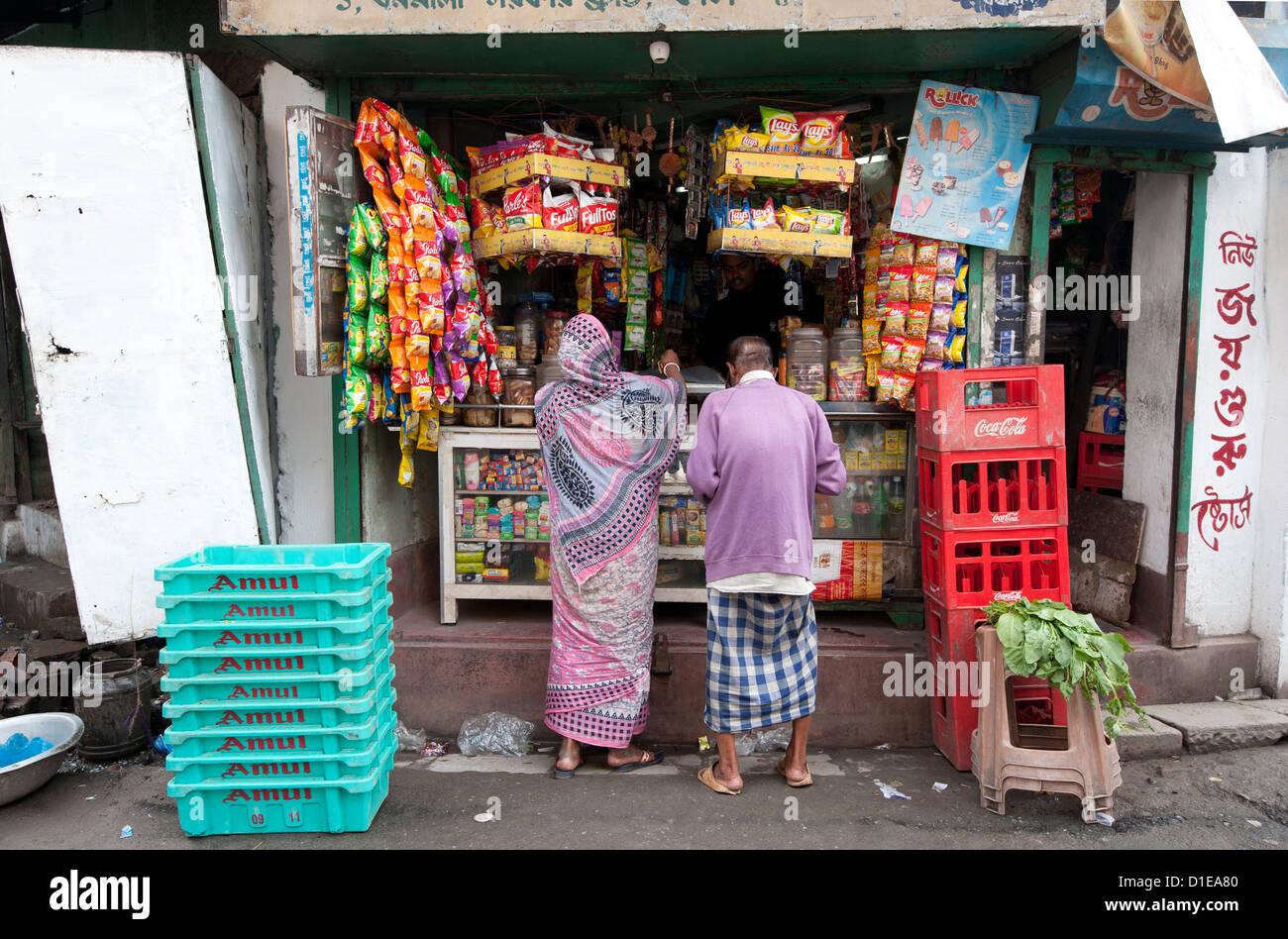 L uomo e la donna lo shopping al negozio locale Kumartuli nel distretto di Kolkata, West Bengal, India, Asia Immagini Stock