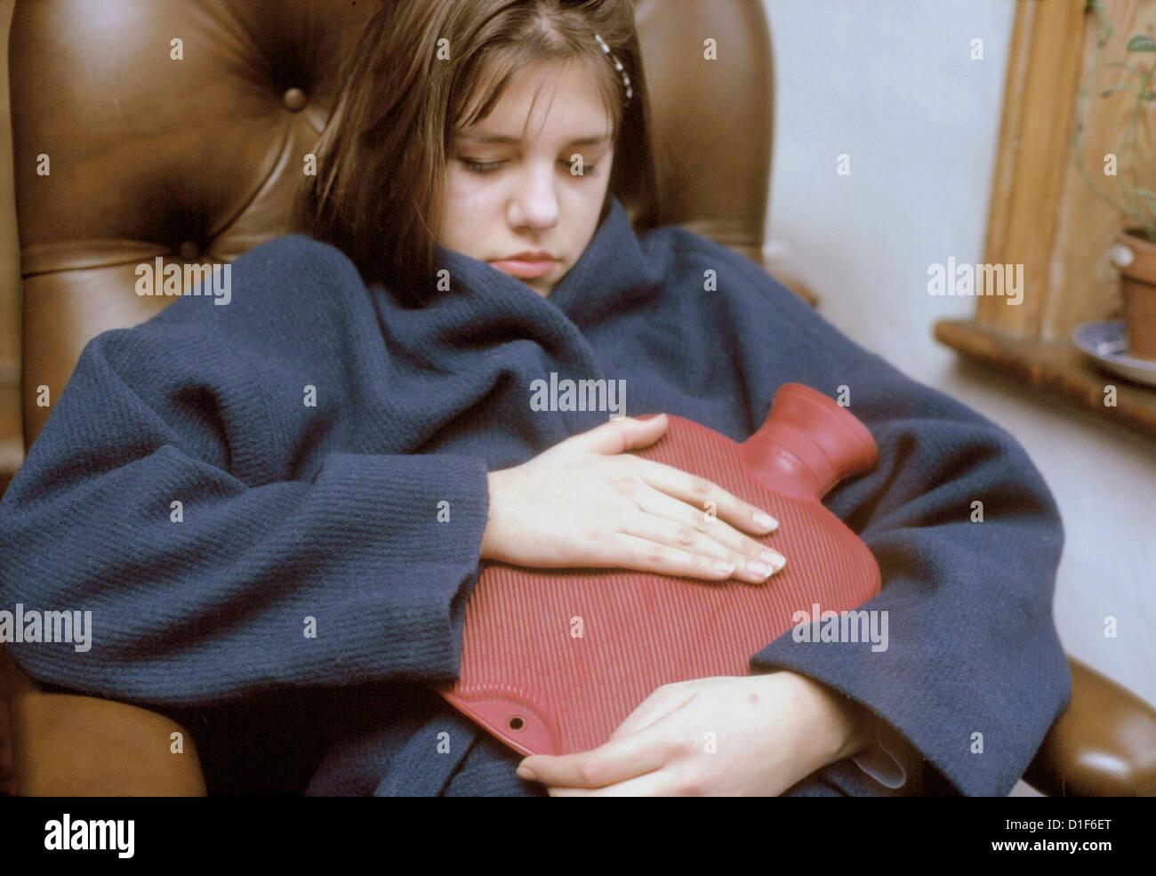 Una fotografia di un adolescente con dolore addominale. Foto Stock