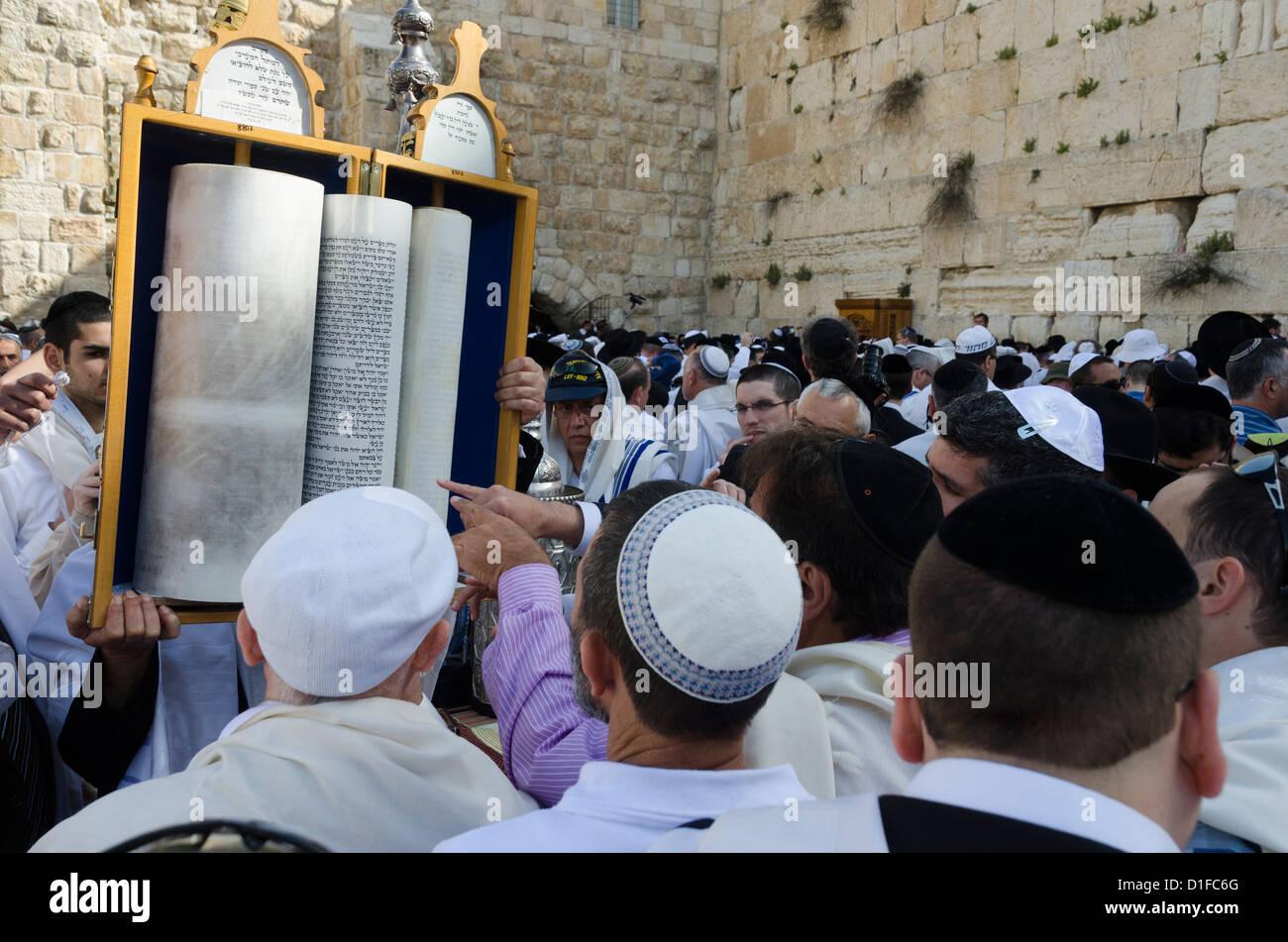 Tradizionale di Cohen benedizione presso il Muro Occidentale durante la Pasqua festa ebraica di Gerusalemme la città Immagini Stock