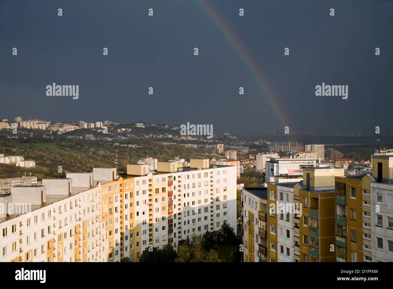 Rainbow sopra abitazione - Bratislava Immagini Stock