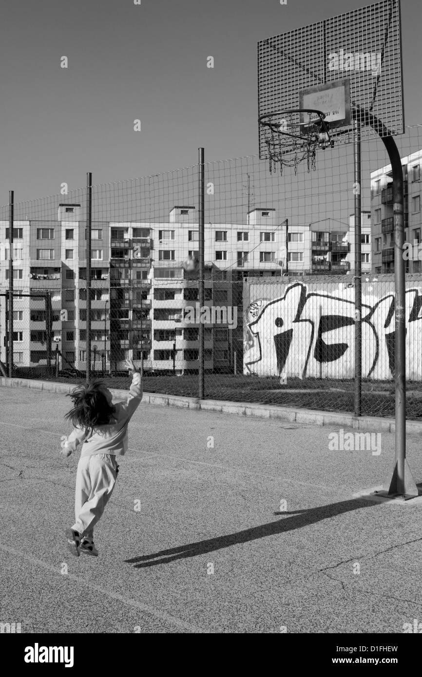 Bambina da basket Immagini Stock