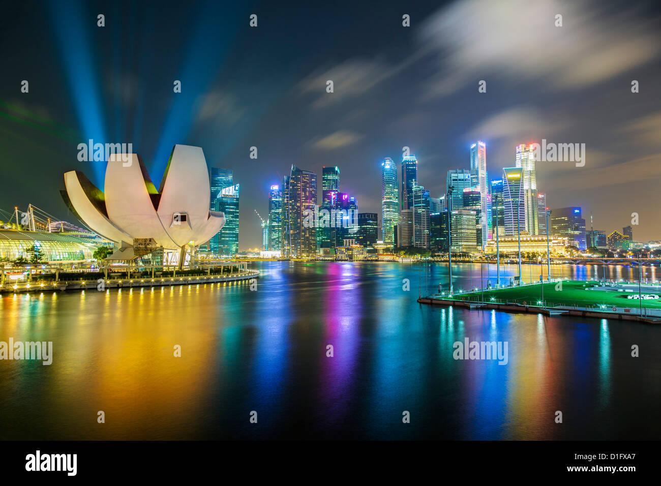 Arte del Museo della Scienza e dello skyline della città da Marina Bay, Singapore, Sud-est asiatico, in Asia Immagini Stock
