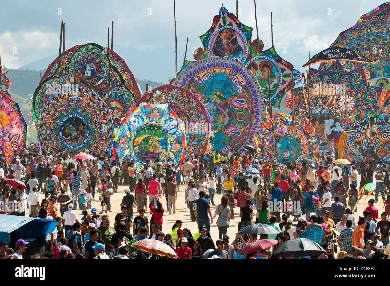 Il giorno dei morti kites (barriletes) cerimonia nel cimitero di Sumpango, Guatemala, America Centrale Immagini Stock