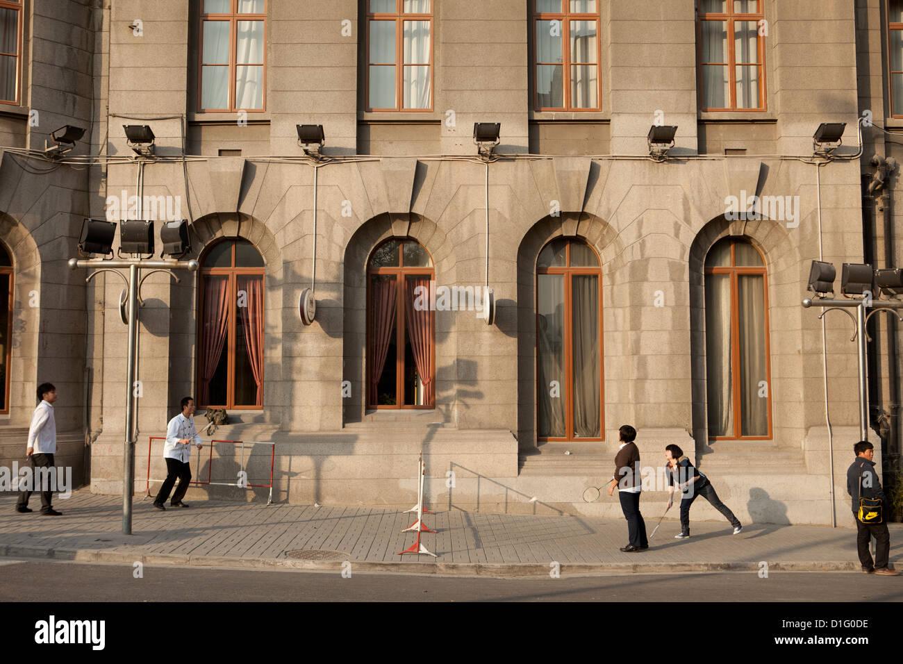 Persone che giocano a badminton sulla strada a Shanghai. Cina 2009 Immagini Stock