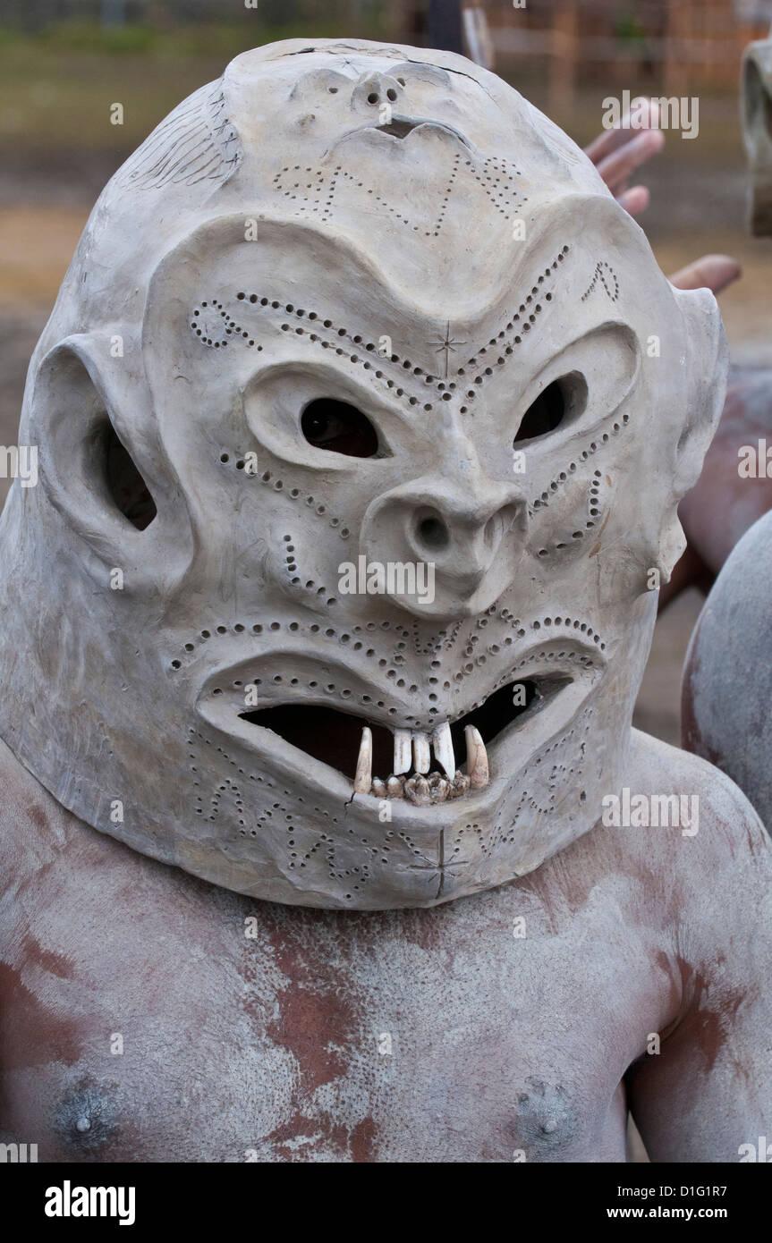 Tribù Mudman celebra il tradizionale cantare cantare nelle Highlands, Papua Nuova Guinea, Pacific Immagini Stock