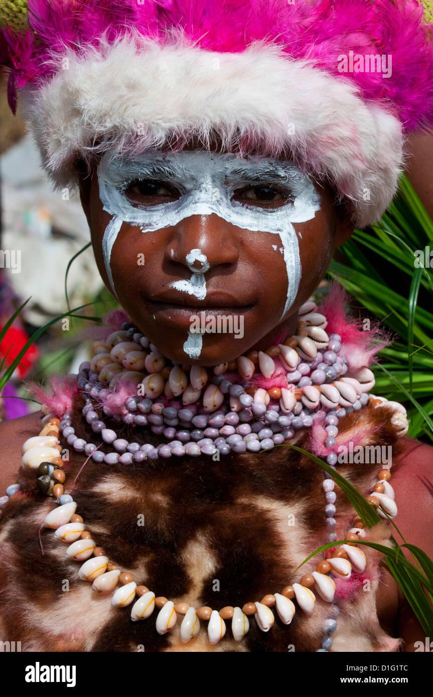 Figlio di una tribù locale per celebrare il tradizionale cantare cantare nelle Highlands, Papua Nuova Guinea Immagini Stock