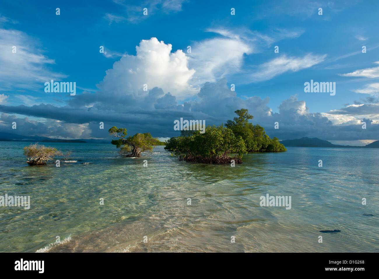 Enormi formazioni di nubi sulla Marovo Lagoon, Isole Salomone, Pacific Immagini Stock