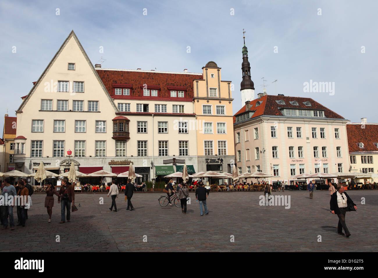 La vita quotidiana e gli edifici sulla piazza del Municipio (Raekoja plats), il Sito Patrimonio Mondiale dell'UNESCO, Immagini Stock
