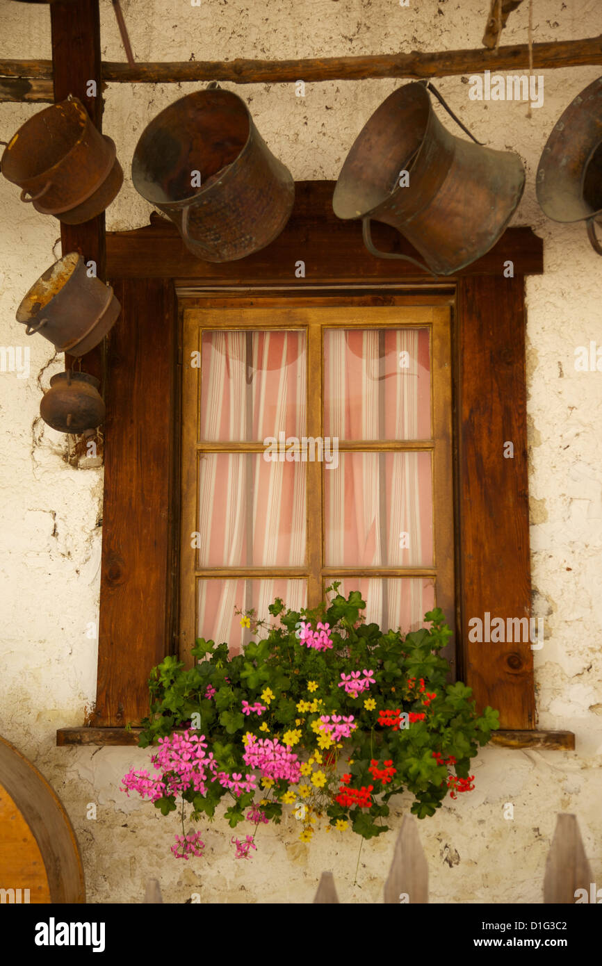 Finestre con persiane e fiori, Corvara Val Badia, Provincia Autonoma di Bolzano Alto Adige, Dolomiti italiane, Italia Immagini Stock