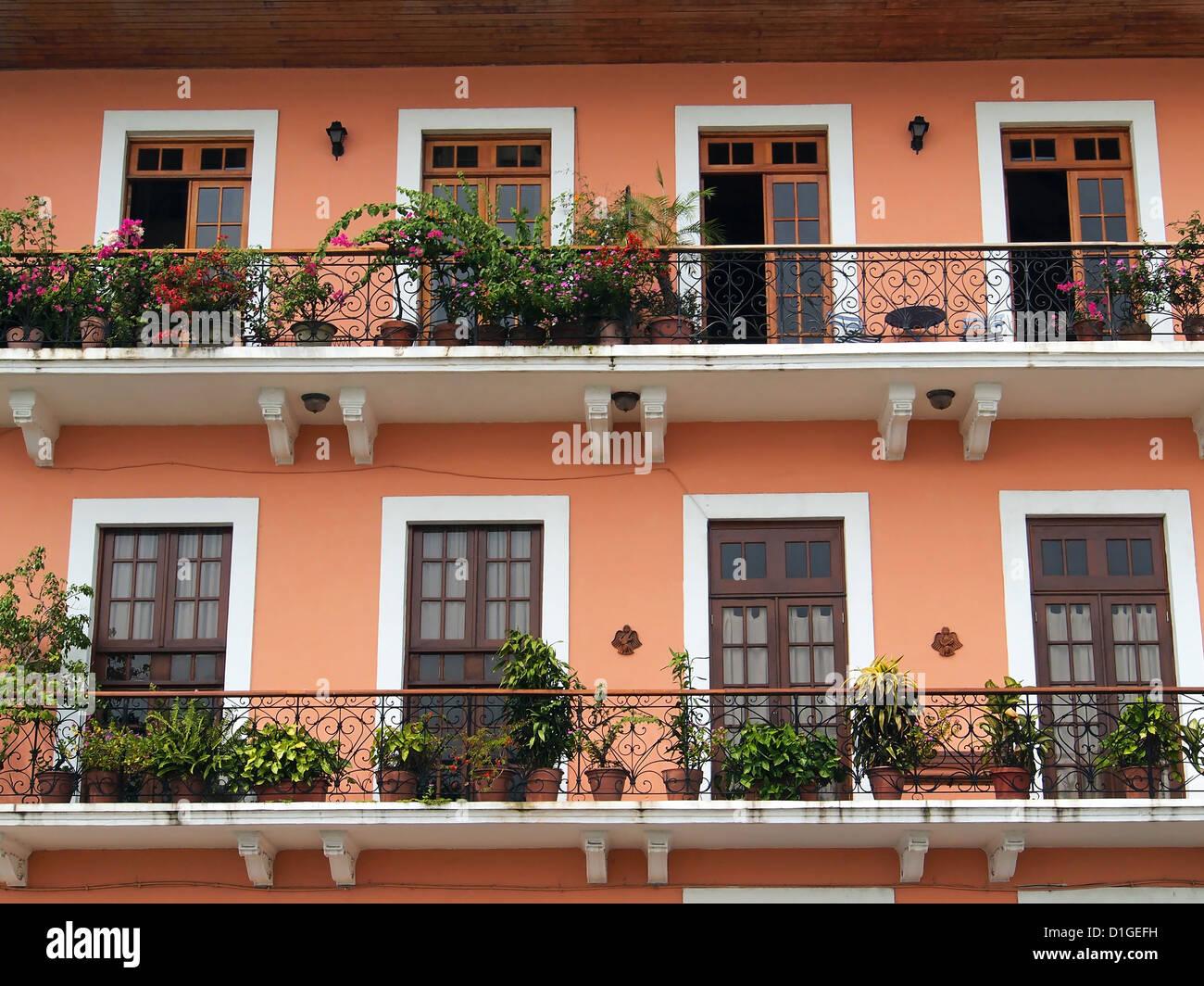 Una casa coloniale balcone con fiori e piante, Casco Viejo, Panama City, Panama America Centrale Immagini Stock