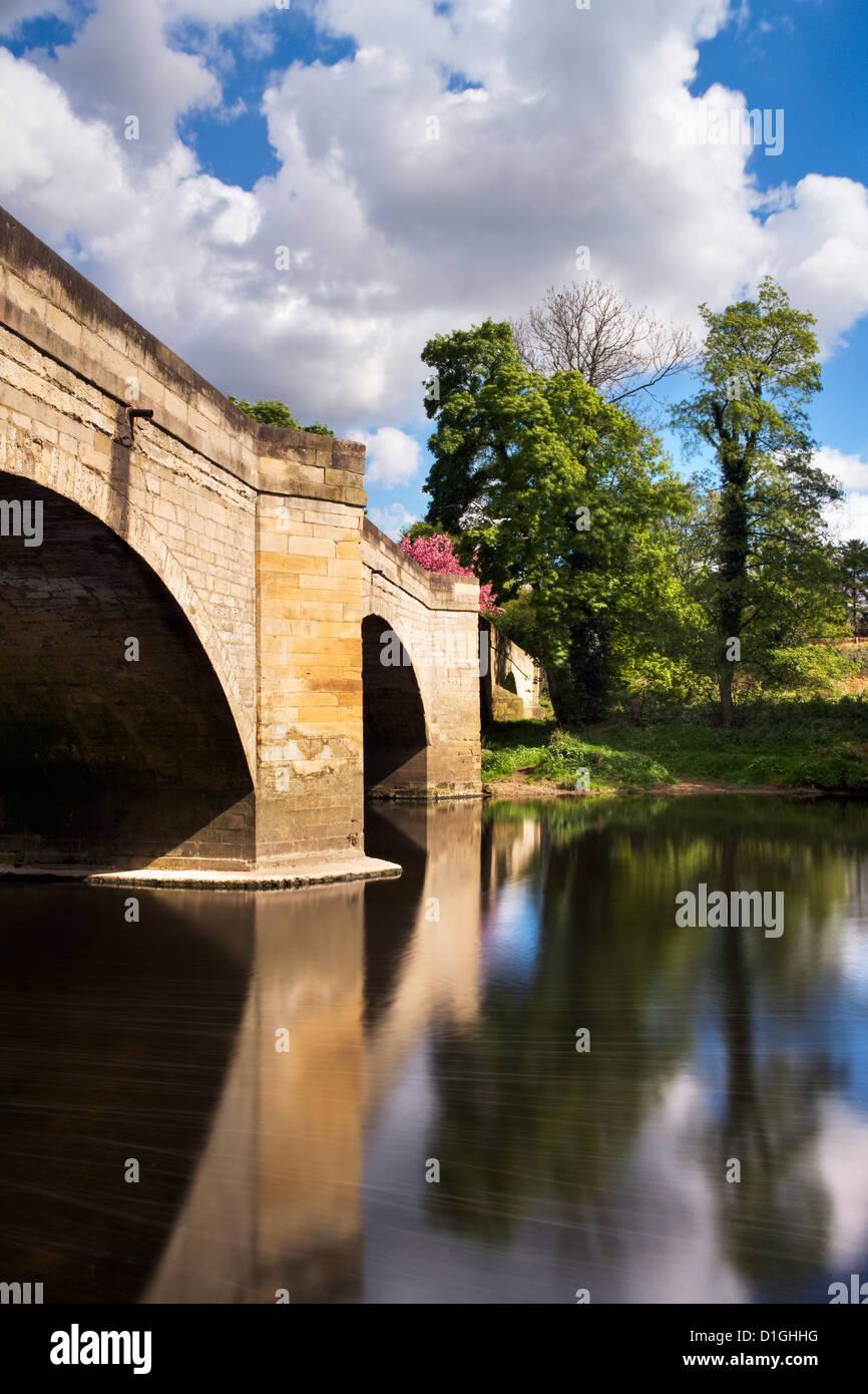Ponte sul Fiume Wharfe tra Boston Spa e Thorp Arch, West Yorkshire, nello Yorkshire, Inghilterra, Regno Unito, Europa Immagini Stock