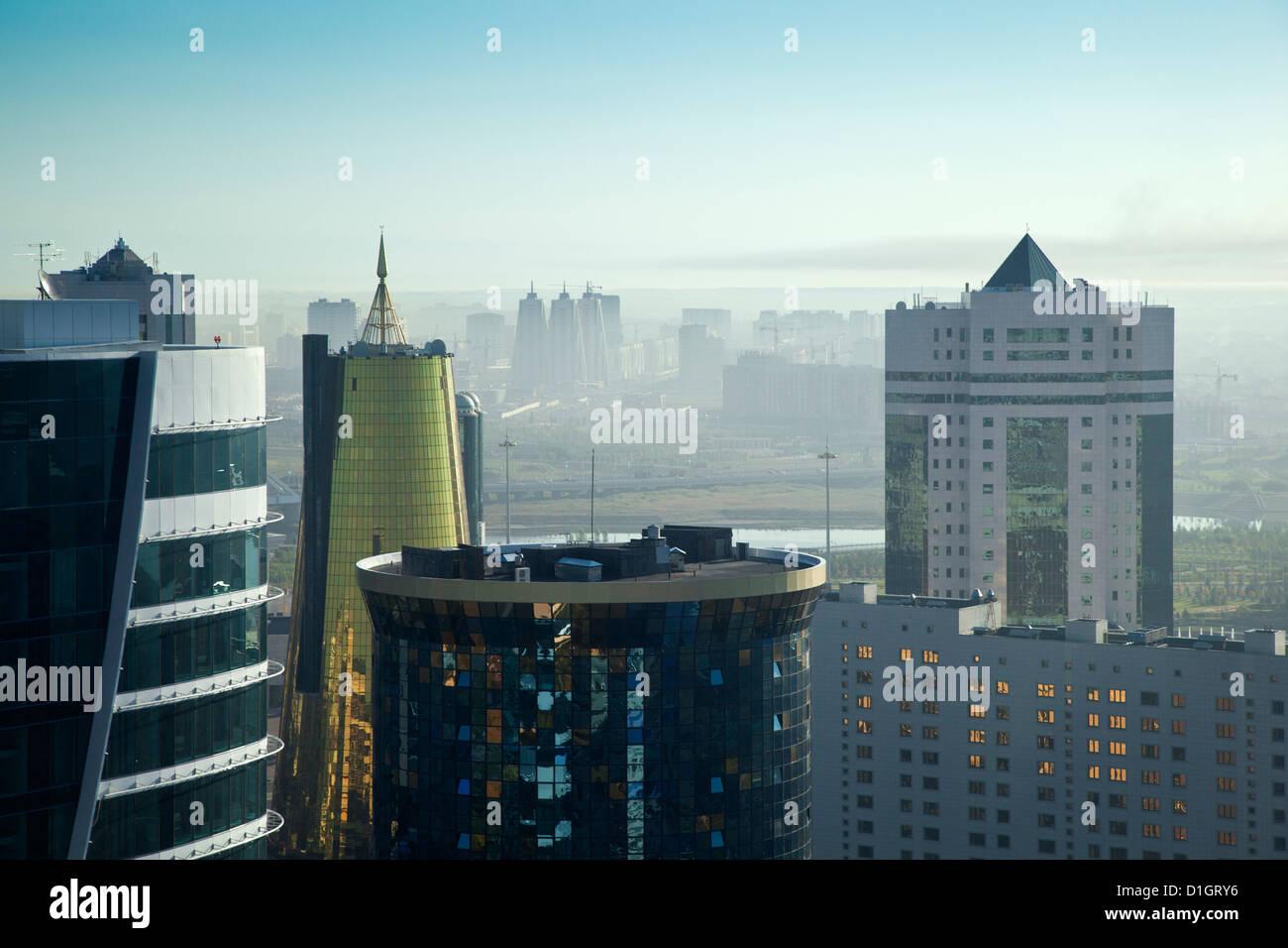 Vista della città guardando verso twin golden conica centro business e casa di ministeri, Astana, in Kazakistan Immagini Stock