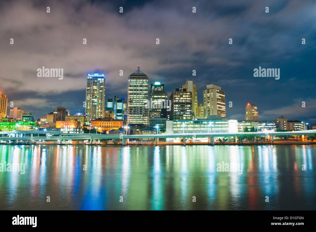 Brisbane skyline notturno, preso da South Bank, Queensland, Australia, Oceania, Pacifico Immagini Stock