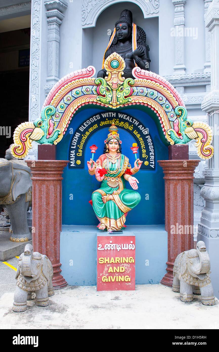 Maha Luxmi Laksmi dea Indù statua al di fuori di un tempio indù di Singapore Immagini Stock