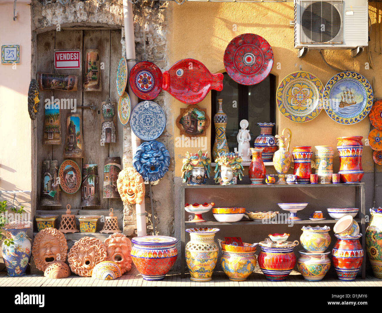 Negozio di ceramica. Santo Stefano di Camastra, Sicilia, Italia Foto stock - Alamy