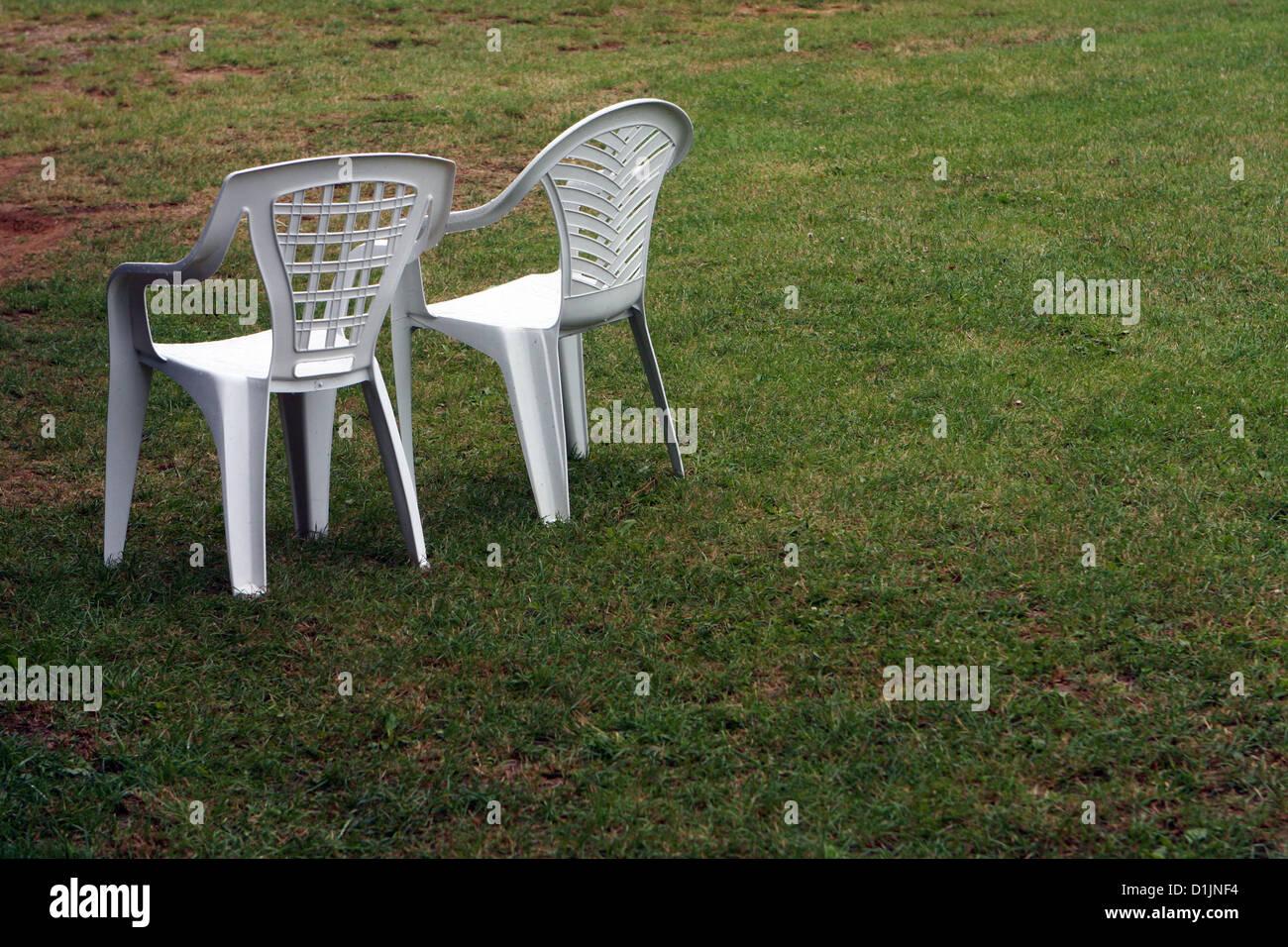 Stock Sedie In Plastica.Due Vuoti Sedie Di Plastica Sull Erba Foto Immagine Stock