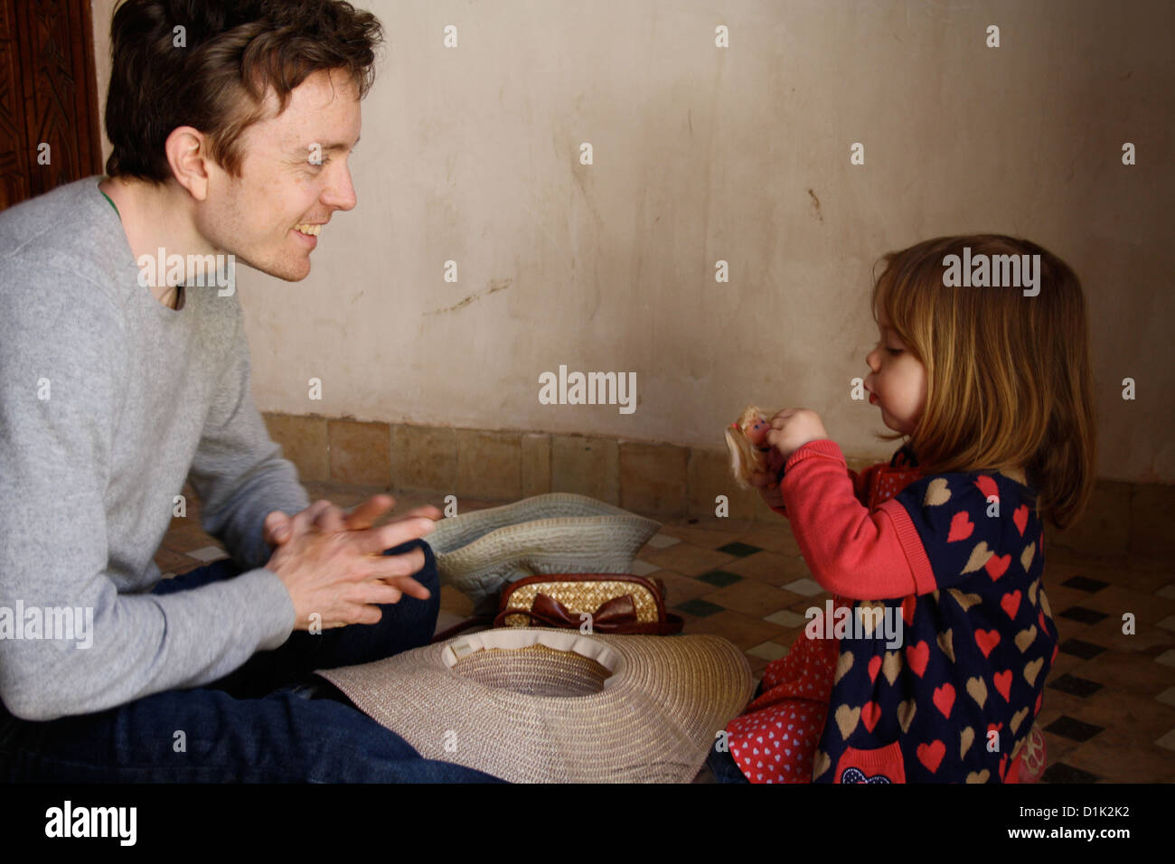 Un padre e figlia giocando Immagini Stock