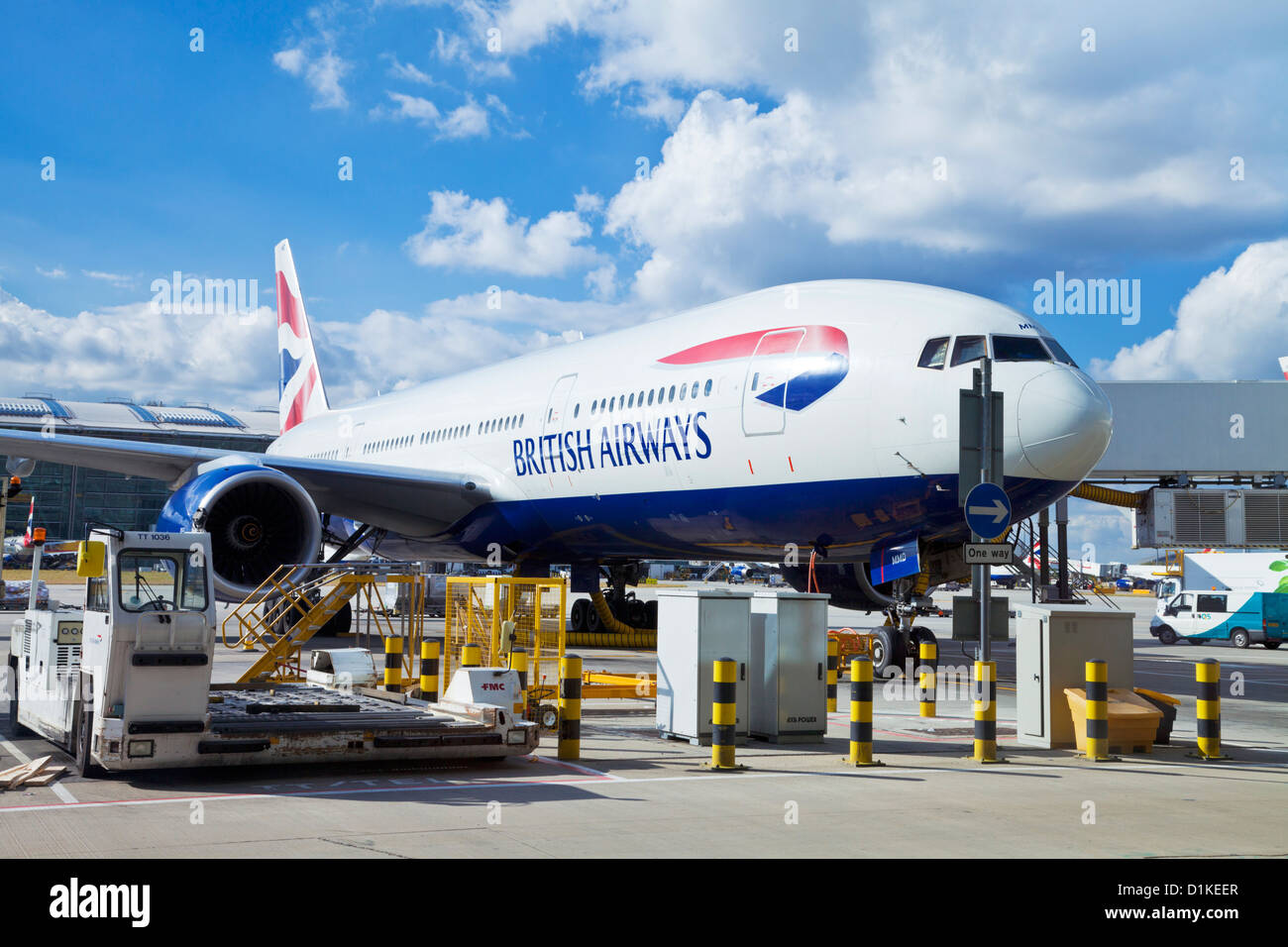 British Airways piano pronto per l'imbarco essendo caricato con i bagagli e pasti all'aeroporto di Heathrow Immagini Stock