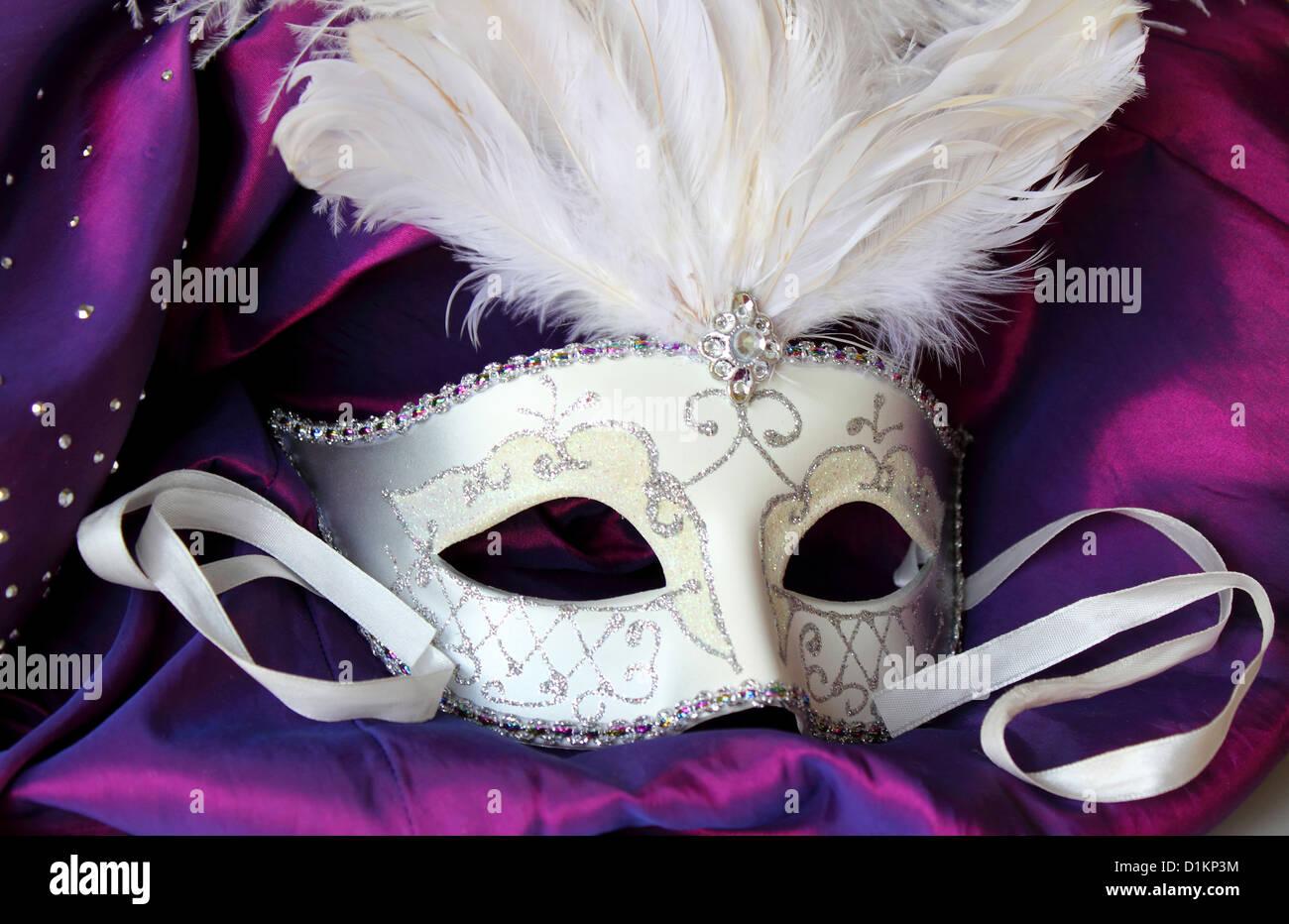 Un Mardi Gras masquerade mask a sfera su un abito realizzato da raso viola Immagini Stock