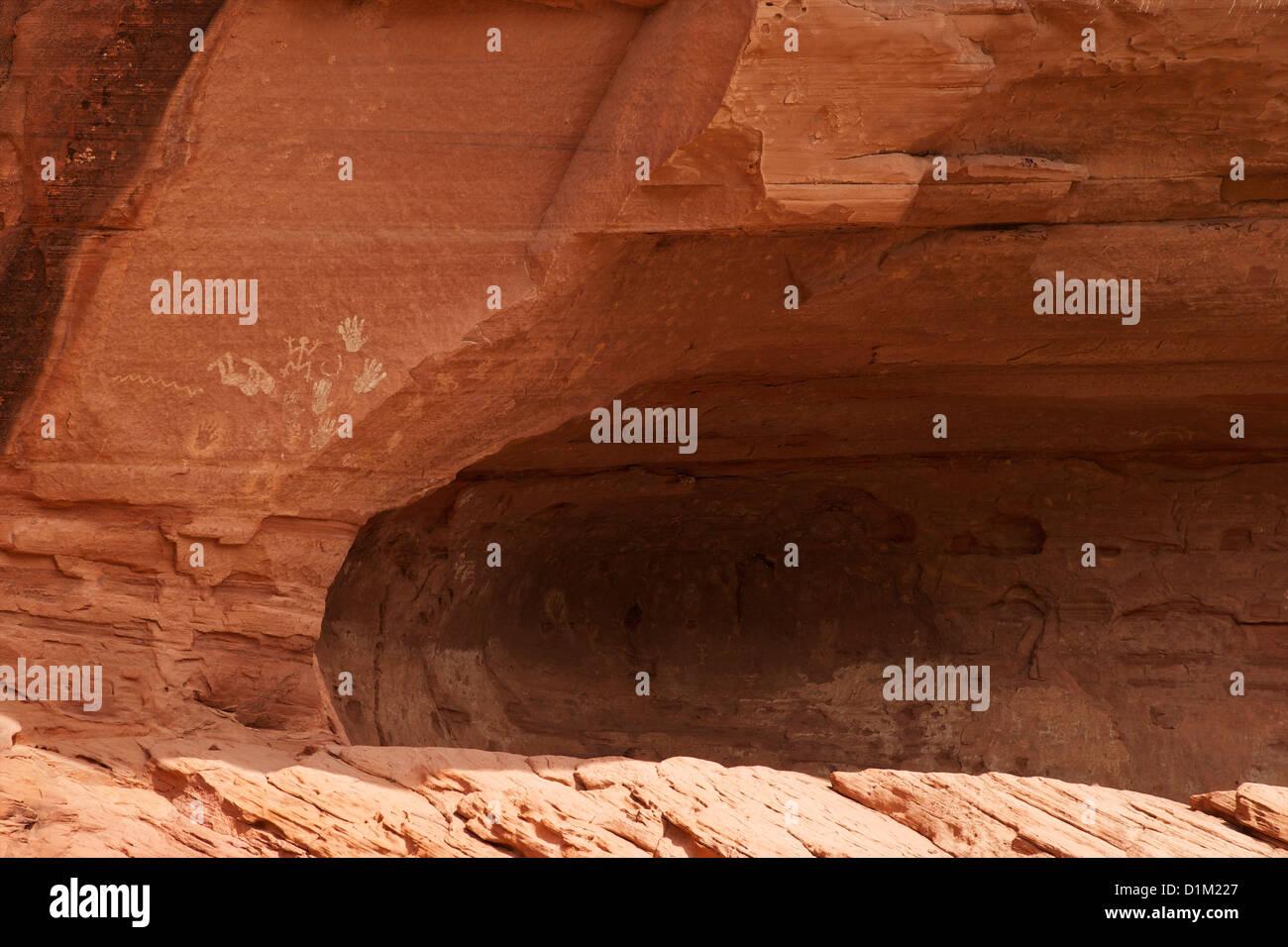 Native American pittogrammi forme a mano sulle pareti di pietra arenaria Chinle Canyon di lavaggio, Canyon De Chelly Foto Stock