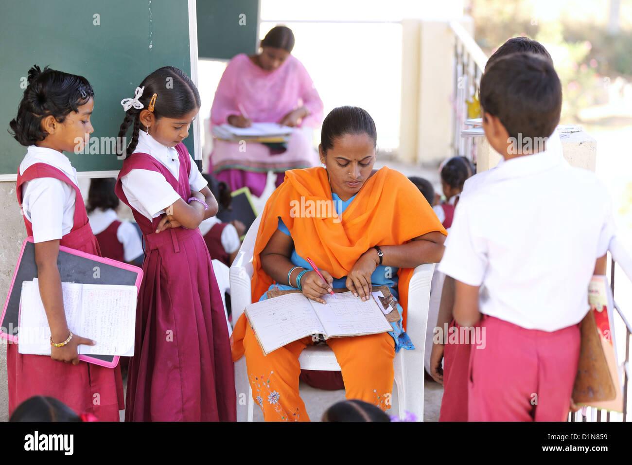 Indian School insegnante con bambini Andhra Pradesh in India del Sud Immagini Stock